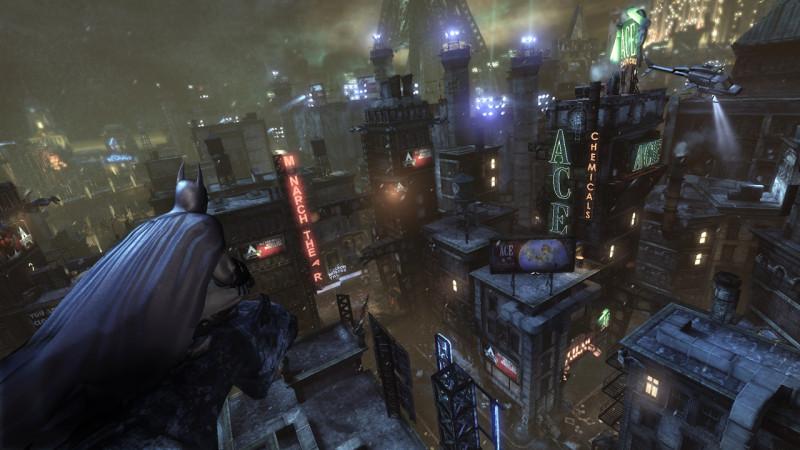 Rocksteady logra crear una ciudad viva, dividida en zonas repartidas entre los reclusos y adornadas según el gusto de cada uno. Cuando Batman vuela y planea entre los edificios, la libertad es total.