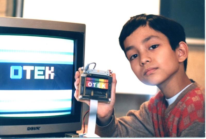Un joven Óscar trabajando en el laboratorio familiar.