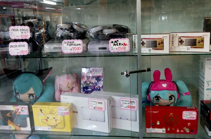 Algunas consolas. La Super Famicom que comentaba antes.
