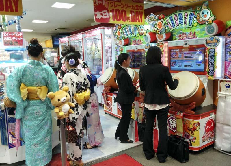 Lo que hacen las chicas por la tarde en Shinjuku. ¡Me apunto! ¡Taiko no Tatsujin!